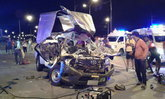 กระบะพุ่งชนเทรลเลอร์กลางแยกไฟแดง รถพังยับ เจ็บสาหัส 3 ราย