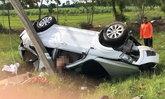 รถเสียหลักชนเสาไฟฟ้าข้างทาง เมียตายผัวรอด คาดวูบหลับใน