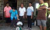 """แห่ดู """"เต่าใหญ่"""" คลานขวางถนนในหมู่บ้าน ชาวบ้านเชื่อมาให้โชค"""