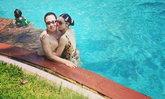 """โรแมนติกมาก """"ตั๊ก บงกช"""" ยืนอิงแอบกับสามี หวานจนน้ำในสระกลายเป็นน้ำเชื่อมไปเลย"""