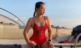 """""""บุ๋ม ปนัดดา"""" ร้อนแรงกว่าแดด ใส่ชุดว่ายน้ำสีแดงฉีกขาเพิ่มองศาความแซ่บ"""