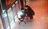 หนูน้อยชาวจีนนั่งทำการบ้านที่ป้ายรถเมล์มืดๆ พี่สาวใจดีเอาไฟฉุกเฉินมาให้