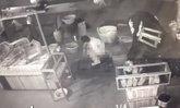 แทบอ้วก หนุ่มพิลึกขับกระบะมาขโมยกินแตงโมในตลาด แถมอุจจาระเย้ยกล้อง