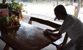 เด็กหลงเข้ามาขอเงินแม่ค้า ไม่ขอฟรีทำดีตอบแทน! ช่วยเช็ดโต๊ะ-ล้างจาน