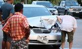 ฟาดเคราะห์ดังโครม! เก๋งชนลูกวัวตายคาถนน ตำรวจให้เอาซากไปขายซ่อมรถที่พังยับ