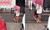วิจารณ์สนั่น สาวจีนใช้แม่นั่งเช็ดเท้าให้กลางสายฝน แถมทิ้งทิชชูไว้ริมถนน