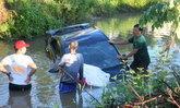 สุดสลด หนุ่มธนาคารขับเก๋งตกคูน้ำ ตะเกียกตะกายมาเสียชีวิตบนฝากระโปรงรถ