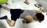 ขำก่อนได้ไหม...หนุ่มจีนแขนติดคอห่าน หลังพุ่งตามจับปลาที่เพิ่งซื้อมา โดดส้วมหนีตาย