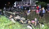 คนขับรถบรรทุกเจอสาดไฟสูงแยงตา เสียหลักคว่ำลงคลอง หมูจมน้ำตาย 8 ตัว