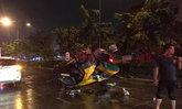 """แท็กซี่ขับซิ่งฝ่าสายฝนชนแหลก ตึกเสียหาย 5 คูหา """"ผู้โดยสาร"""" เสียชีวิต"""