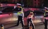 ชายเมาแล้วขับ เจอตรวจกลับเล่นแง่ ตำรวจเตือนไร้ผล ทุบกระจกคุมตัวสอบสวน