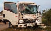 รถบรรทุกเป็ดชำแหละซิ่ง พุ่งเสยท้ายรถบรรทุกข้าวเปลือก บาดเจ็บ 2 ราย