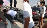"""เรียนฟิสิกส์มา! สาวยืนด่าคนเจ็บ """"แอคติ้ง อยากได้เงิน"""" หลังเปิดประตูแท็กซี่ชน จนรถล้ม"""