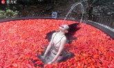 แซ่บไปทั้งตัวและหัวใจ! จีนจัดแข่งกินพริกสดขณะแช่บ่อน้ำร้อน