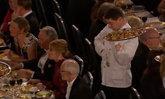 """ดังข้ามคืน """"มิสเตอร์บีน...ในชีวิตจริง"""" เด็กเสิร์ฟพลาดทำอาหารหล่นใส่แขก"""