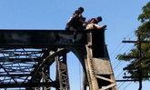 ลุ้นตัวโก่ง-กู้ภัยเร่งช่วยหนุ่มป่วยทางจิตปีนสะพานรถไฟ จู่ๆ เกิดลมชักหวิดร่วงโหม่งพื้น