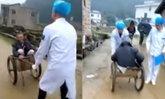 ทั้งซึ้งทั้งเขิน หมอชนบทจีนเข็นรถขนปูน พาคนไข้สูงอายุส่งโรงพยาบาล