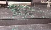 มัวแต่เล่นมือถือ สาวเดินชนประตูกระจกแตก บาดเจ็บสาหัส
