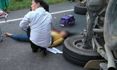ดับอนาถ-กระบะผู้รับเหมาเบรกกะทันหันพลิกคว่ำกลางถนน ดับ 1 เจ็บอีก 6 ราย
