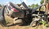 หนุ่มกลับจากบ้านแฟนขับเก๋งแหกโค้ง ชนเสาไฟโค่น-รถหักครึ่ง ดับคาที่ 2 ศพ
