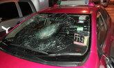 บู๊กลางถนน สาวหัวร้อนฉุนแท็กซี่ขับปาดแล้วหนี ควงไม้เบสบอลตามทุบรถแตกยับ