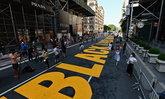 """ชาวนิวยอร์กเขียน """"Black Lives Matter"""" เย้ย """"ทรัมป์"""" บนถนนหน้า  Trump Tower"""