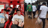 """#น้ำท่วมเลย """"เสี่ยโป้ อานนท์"""" หอบเงินสดๆ 3 ล้าน ช่วยผู้ประสบภัย"""