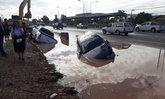 ครั้งนี้ที่พระราม 2! รถ 2 คันตกร่องถนนพร้อมกัน เซ่นถนนกำลังก่อสร้าง
