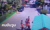 นักเรียนวิ่งหนีตายระทึก สาววูบกะทันหันขณะขับรถเข้าโรงเรียน พุ่งชนเสาจนป้ายหัก (คลิป)