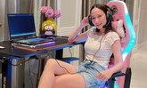 """""""อั้ม พัชราภา"""" ไม่เสียชื่อ เกมเมอร์ตัวแม่! ขนาดโต๊ะเล่นเกม ยังชุดใหญ่ไฟกระพริบ (คลิป)"""