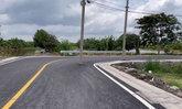 แบบนี้ก็ได้เหรอ? ชาวบ้านสุดงง เสาไฟฟ้าโผล่กลางถนนทั้งที่เป็นทางโค้ง