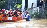 """นายกฯ ตรวจน้ำท่วมสิงห์บุรี กองเชียร์ชูป้าย """"ลุงตู่สู้ๆ เรารักลุงตู่"""" พร้อมส่องทะเบียนรถ"""