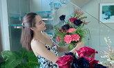 """""""หยาดทิพย์"""" โชว์จัดดอกไม้วันว่าง แต่จุดสนใจไปอยู่ตรงบันไดแก้วในบ้านที่สวยมาก"""