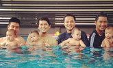 แก๊งพ่อลูกอ่อน แทคมือกระเตงลูกสอนว่ายน้ำ