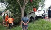 ซิ่งกระบะยางระเบิด! ชนต้นไม้เจ็บยกครัว ลูก 3 ขวบดับ