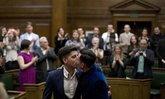 3 คู่เกย์ ชาวอังกฤษแต่งงานฉลองกฎหมายใหม่