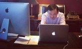 อุ๊งอิ๊ง ชื่นใจโพสต์ภาพพ่อขยันนั่งทำงานแต่เช้า ชาวเน็ตแซวกำลังนั่งเล่นเกมส์หรือป่าว