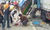 รถรับ-ส่งนักเรียนชน 10 ล้อดับ 1 เจ็บ 13 หลังคนขับหลบหนี