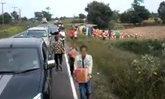 ชาวเน็ตส่ายหัว คลิปวิ่งคว้าลังเบียร์จากรถบรรทุกคว่ำ