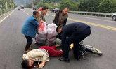 เวทนา สาวจีนท้องแก่ จยย.คว่ำกลางถนน หมอยื้อชีวิตแม่ลูก