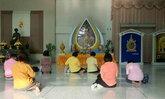 พสกนิกรชาวไทยพร้อมใจเดินทางมาศิริราช สวดมนต์ขอพรให้ในหลวง