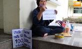 สาวนั่งขอทานหาเงินสู้คดี ถูกพนักงานแบงค์ปลอมลายเซ็นจนเป็นหนี้