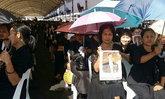แม่บ้านค่ายตากสินจันทบุรีรอกราบพระบรมศพ