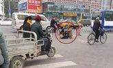 หญิงโกรธจัดถอดเสื้อนั่งกึ่งเปลือยกลางถนน หลังทะเลาะแฟน