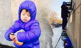 ชาวเน็ตแชร์ เด็กชายนั่งกอดถ้วยบะหมี่กึ่งสำเร็จรูปหลับรอพ่อทำงาน