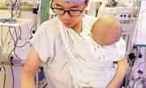ชาวเน็ตชม บุรุษพยาบาลหนุ่มอุ้มปลอบเด็กทารกร้องไห้งอแงไปทำงานไป