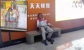 ช็อค! น้าพนักงานทำความสะอาดสถานีรถไฟในจีนถูกชายปริศนาปล้นจูบ