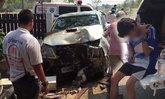 หนุ่ม 18 หัดขับรถ เสียหลักพุ่งชนเก๋ง-กำแพงบ้านพังยับ
