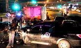 ล่าคนขับกระบะซิ่งชนเละ 6 คันรวด ขณะจอดติดไฟแดง ก่อนทิ้งรถหลบหนี