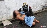 ตำรวจใจหล่อ อุ้มสาวเมาหลับขึ้นจากท่อระบายน้ำ ดูแลอย่างดี